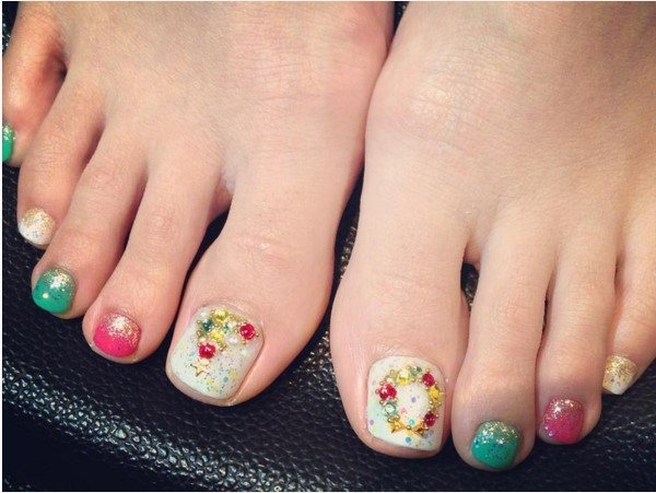 27 holiday fun designs for christmas toe nails be modish christmas decoration toe nail art bmodish prinsesfo Images