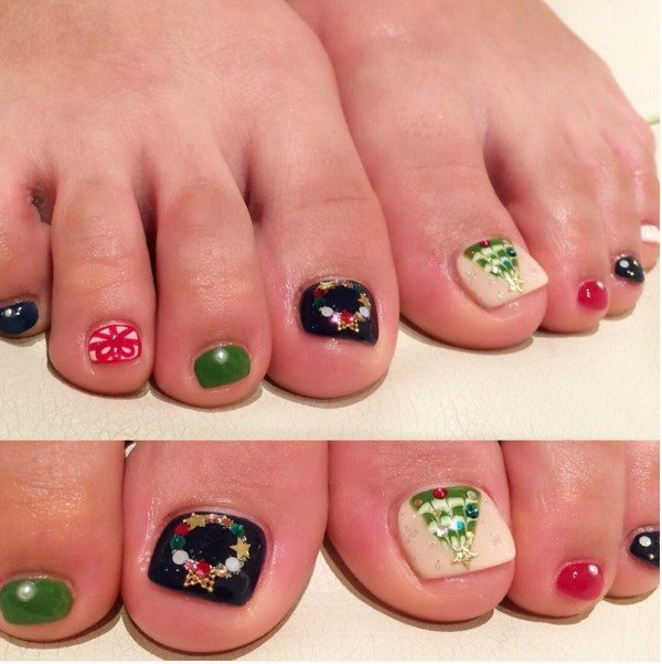 pretty christmas tree and gift toe nail design bmodish