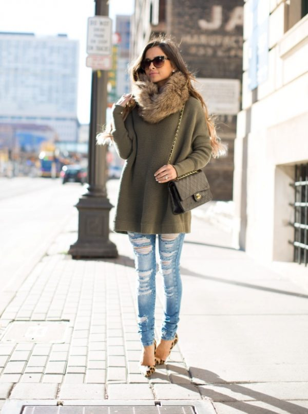 Faux-Fur-Snood overiszed knit sweater with ripped jeans bmodish