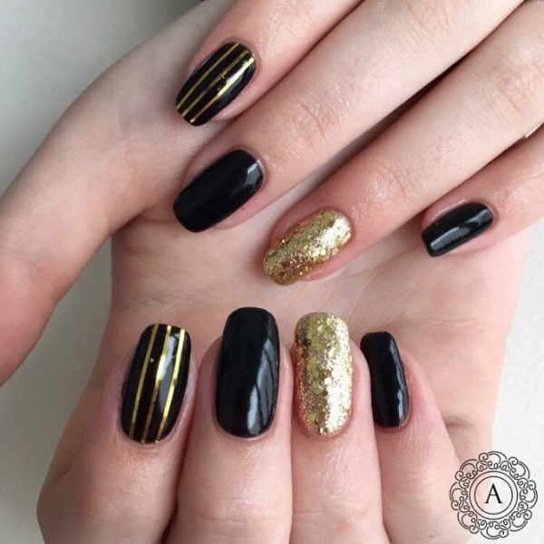 simple striped black and gold nail art bmodish - Glamorous Black And Gold Nail Designs - Be Modish